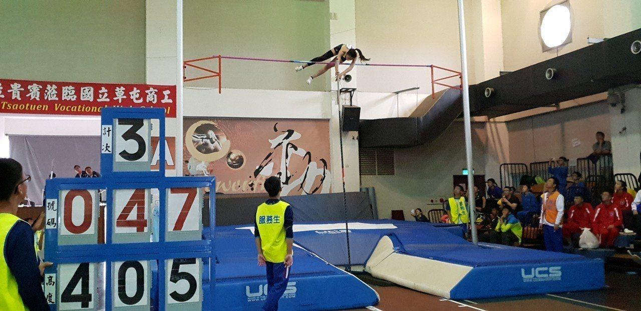 中華女將吳家如今挑戰4公尺05,第3次試跳成功越過,不僅摘金奪銅,也打破個人最佳...
