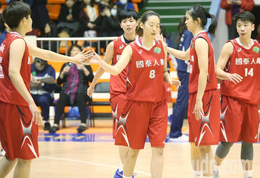 WSBL\ 國泰人壽出戰台元,終場國泰人壽以85:67拿下勝利,球員們在場中擊掌...