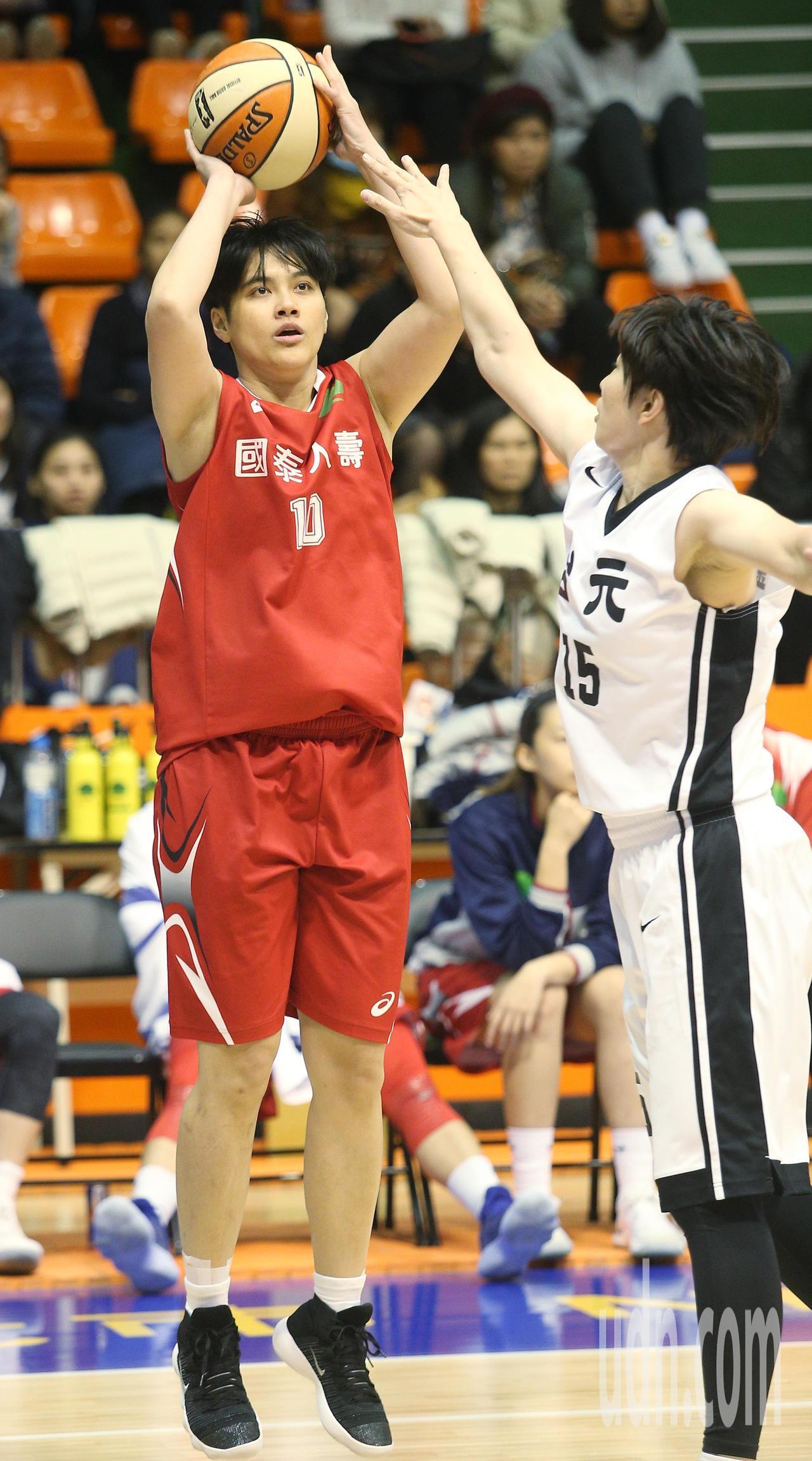 WSBL\ 國泰人壽出戰台元,國泰人壽李宥叡(左)外線跳投。記者陳正興/攝影