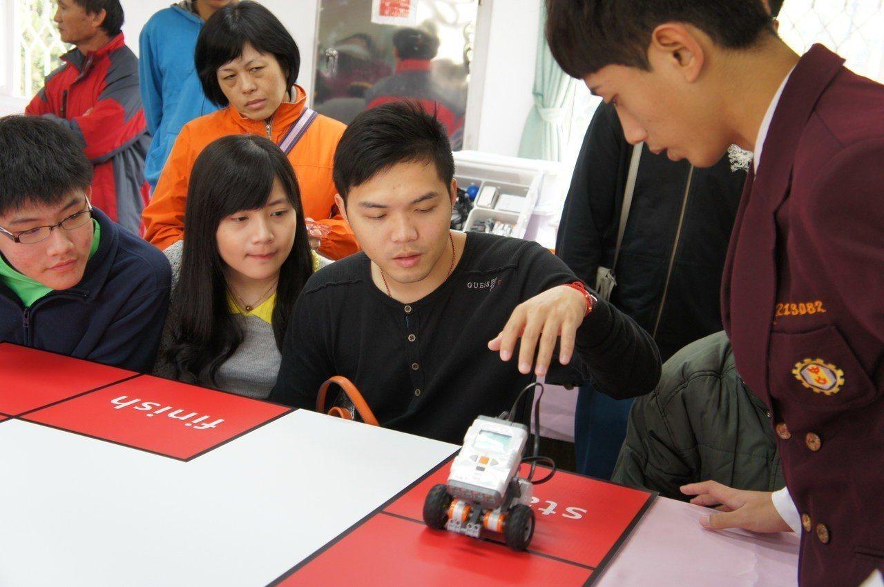 因應政府全力推動AI產業,很多高職也開設機器人專班。圖/中山工商提供