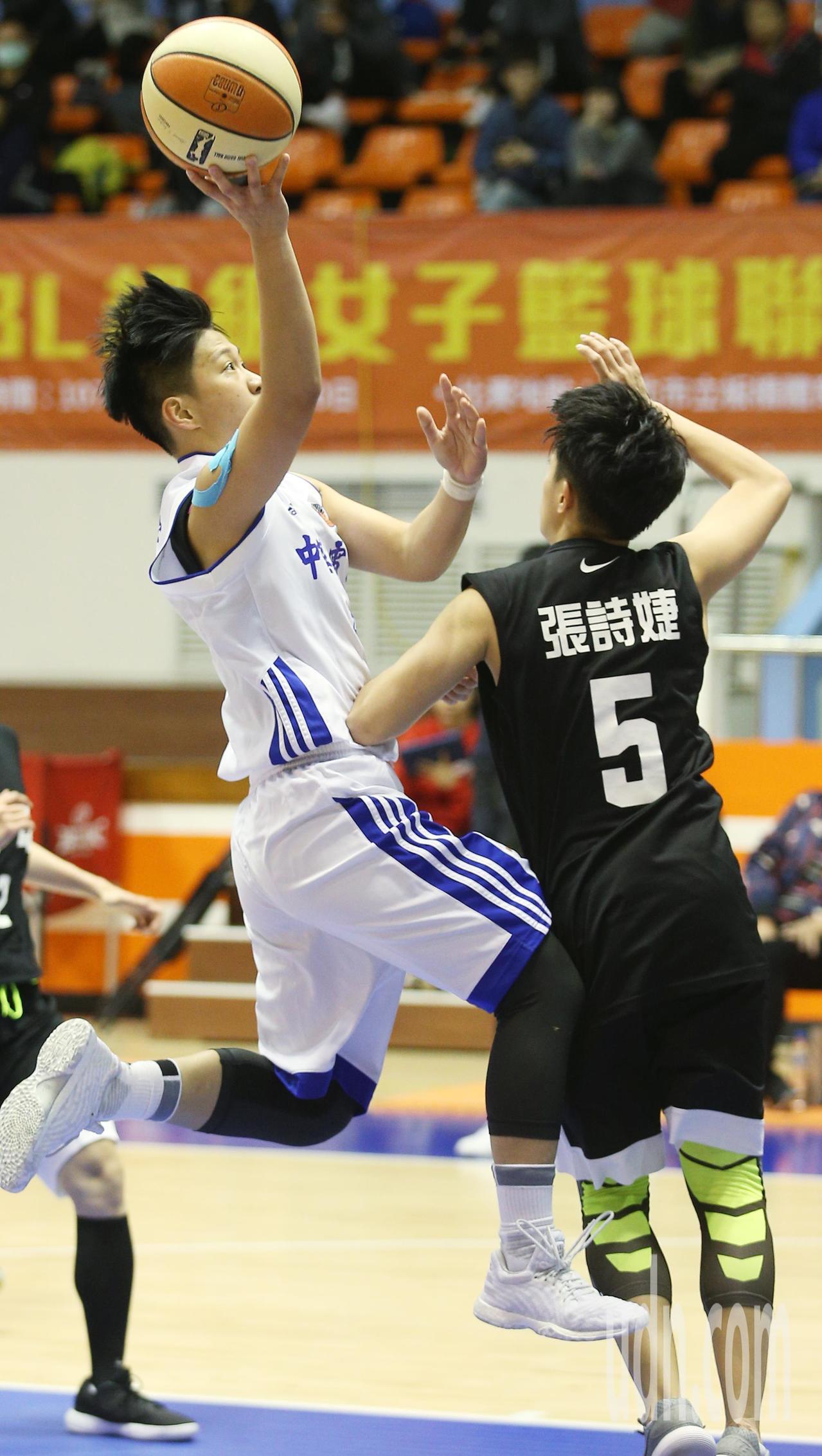 WSBL /中華電信對台電,中華電信陳晏宇(左)快步跳投得分。記者陳正興/攝影