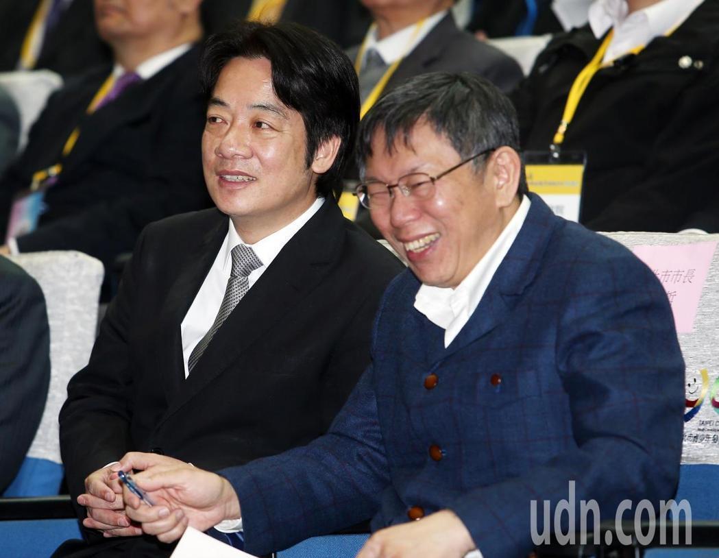賴清德率領行政團隊與台北市府官員座談。賴清德和柯文哲坐在台下聽取簡報,不時交頭接...