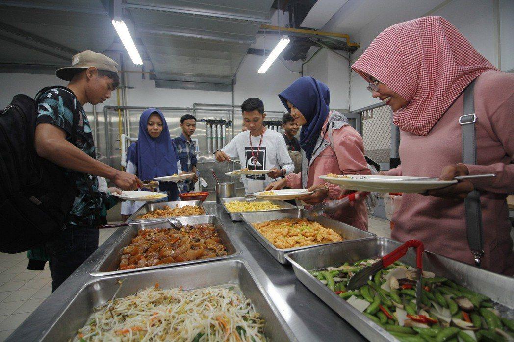 私立育達科大為印尼來的穆斯林學生設置專屬的友善廚房,提供無豬肉料理。圖/校方提供
