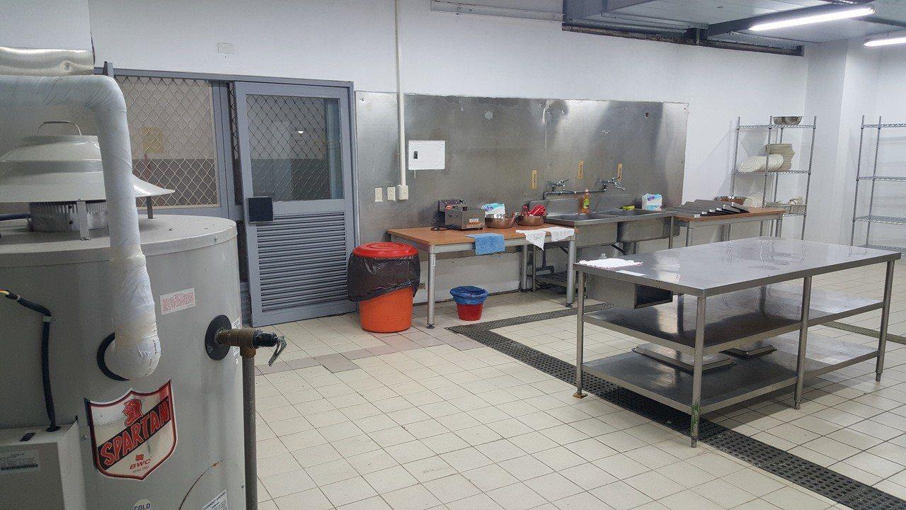 私立育達科大為印尼來的穆斯林學生設置專屬的友善廚房,提供無豬肉料理。記者胡蓬生/...