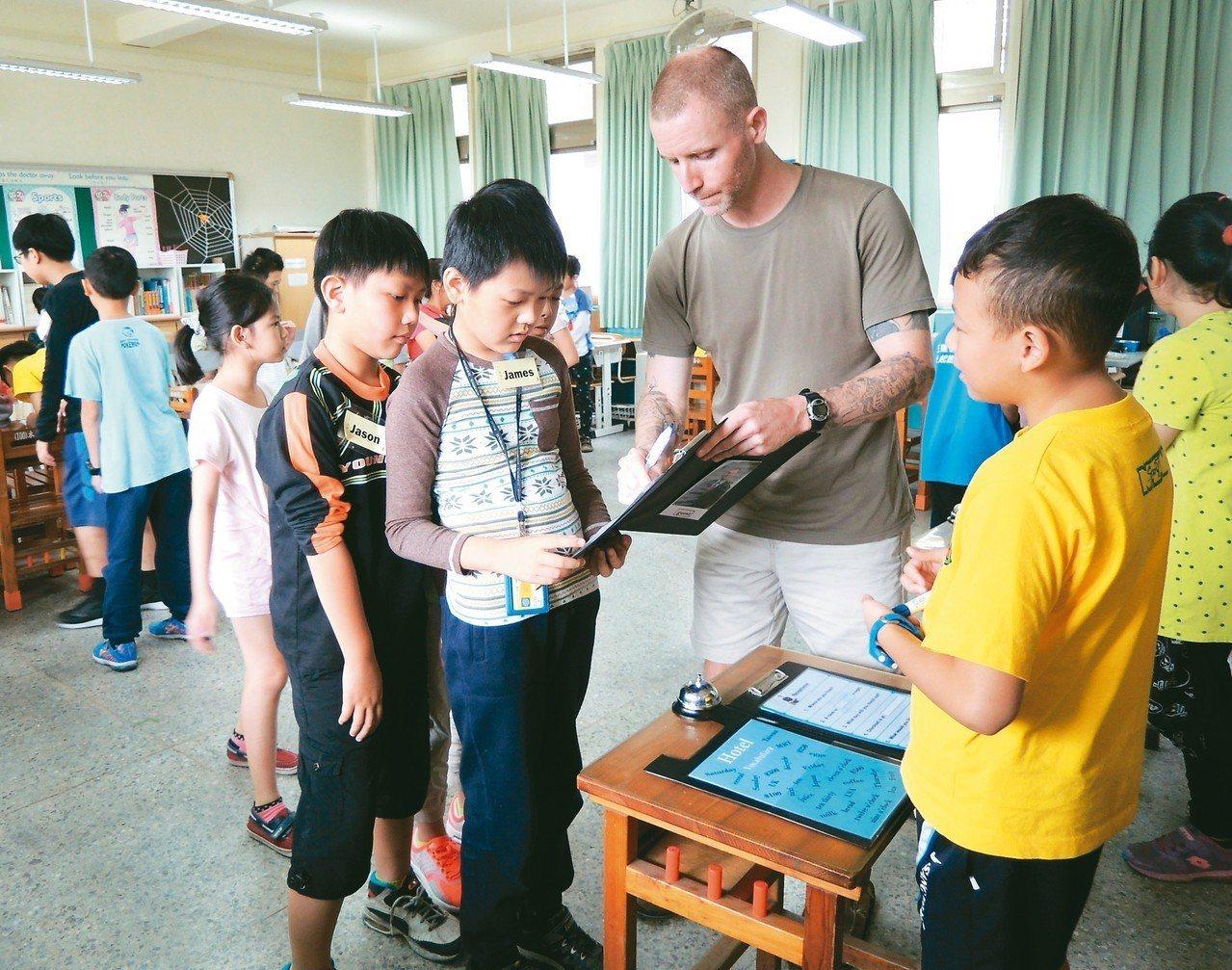 台北市在十二個行政區都設有英語情境中心,聘請外籍教師教小朋友活用英語,圖為情境中...