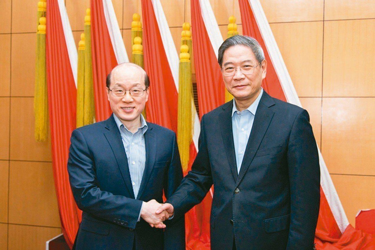 大陸國台辦日前舉辦新舊主任劉結一(左)、張志軍交接,兩人面對鏡頭親切握手。但照片...