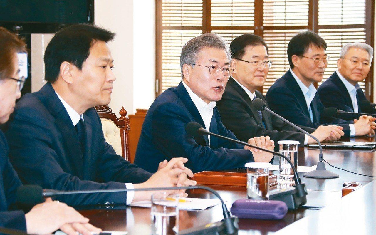 南韓總統文在寅(左二)表示,南韓有意促成美國總統川普、北韓領導人金正恩和他本人召...