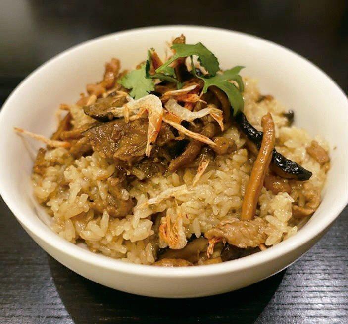 煮好的油飯撒上些許櫻花蝦和香菜點綴,自食或送人都很澎派。圖/太陽臉
