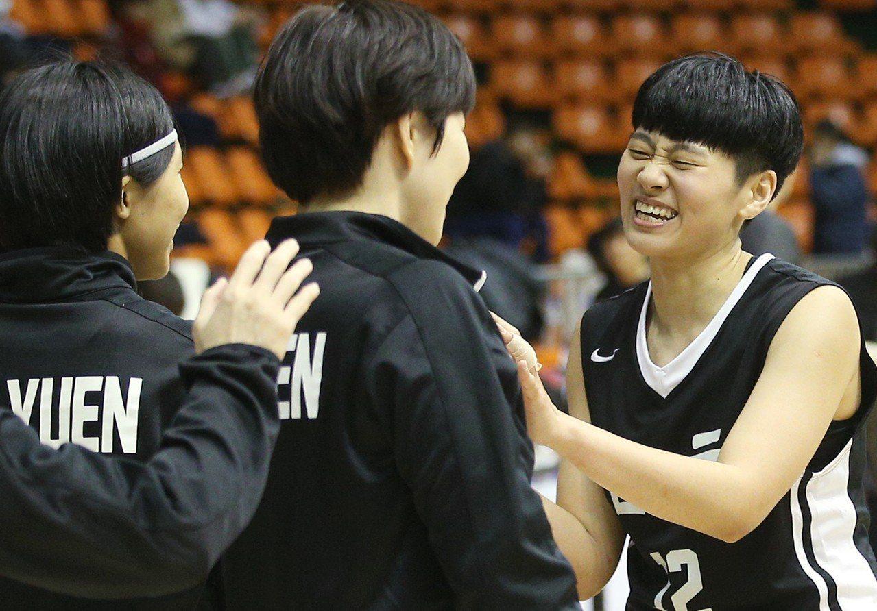台元對台電,台元吳盈潔(右)獨得39分,雖隊友最後將球傳給她,仍未能再得分,神情...