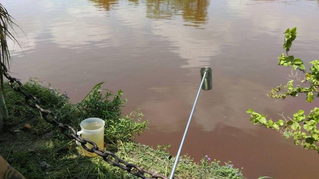 高雄市環保局抽驗愛河水質。圖/高雄市環保局提供