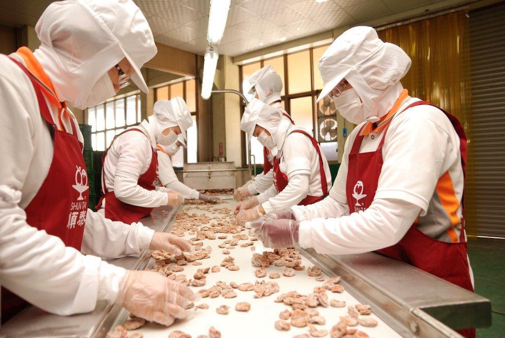 順泰蜜餞食品以生產安全、衛生、健康產品為最高目標,堅持在製作過程中遵循古法,減少...