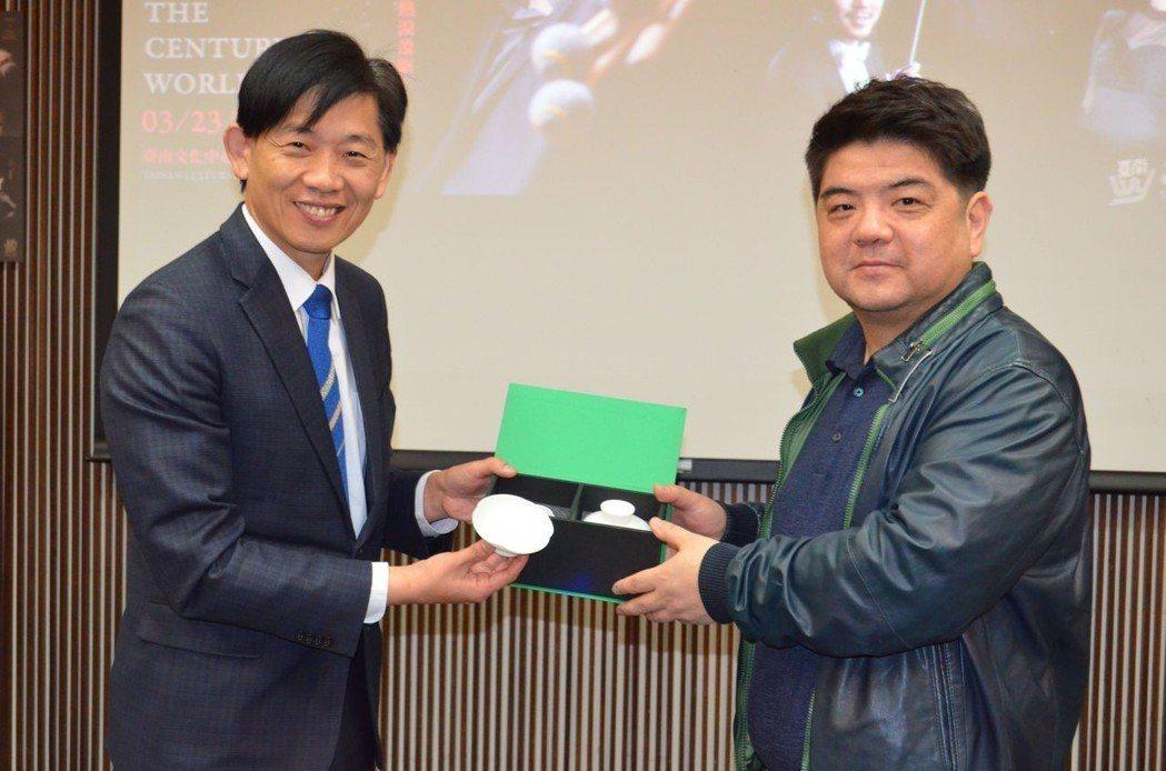 葉澤山局長(左)贈送李飈紀念品。 陳慧明 攝影