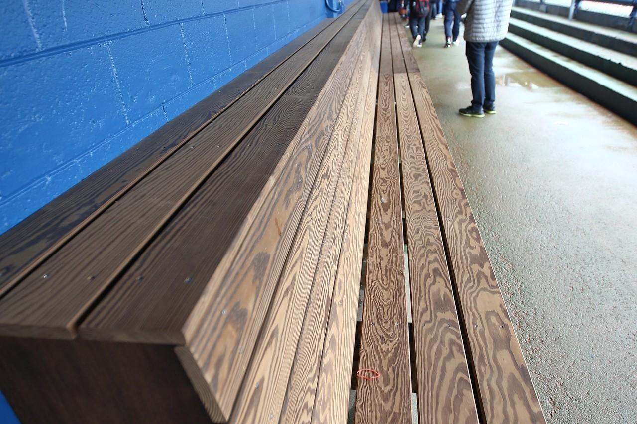 悍將在球場休息區裝設全新的球員木製座椅。 聯合報系資料照