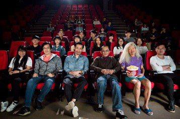 「大佛普拉斯」導演黃信堯和主要演員,為了台北電影節再度合體,參與演出電影節形象廣告,導演魏德聖也跨刀助陣。第20屆台北電影節將於6月28日展開,今天公布電影節形象廣告,邀請以「沈ㄕㄣˇ沒ㄇㄟˊ之島」...
