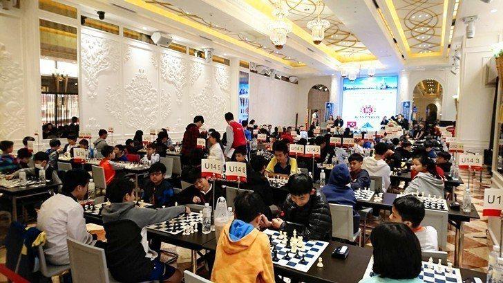 卡斯帕洛夫(Kasparov)世界巡迴賽高雄場現場,選手們個個聚精會神。 業者/...