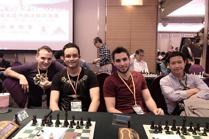 卡斯帕洛夫(Kasparov)世界巡迴賽台北場,不同國家選手合影相見歡。 業者/...