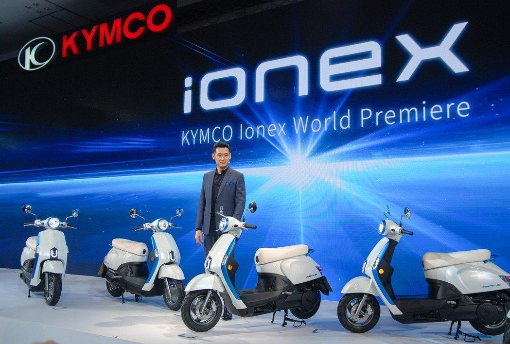 光陽機車今(22)日於日本正式發表 「Ionex 車能網」。圖為光陽機車董事長柯...