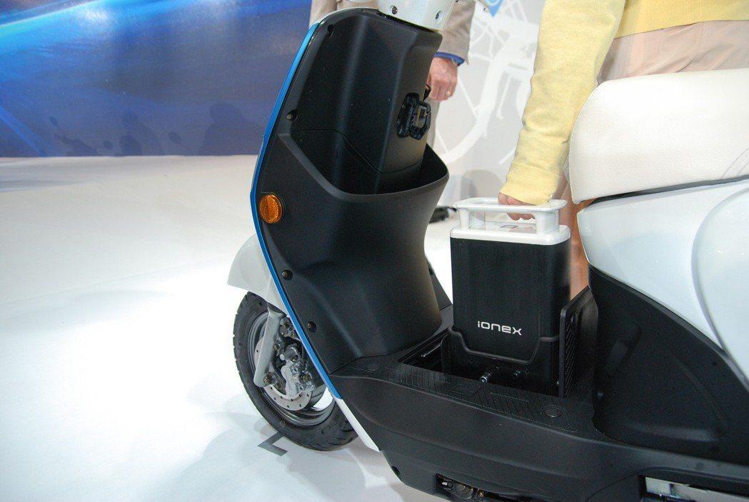 以此次的Many EV 為例, Ionex 電池擺放於腳踏處,重量不到五公斤,可單手提放。 記者林鼎智/攝影