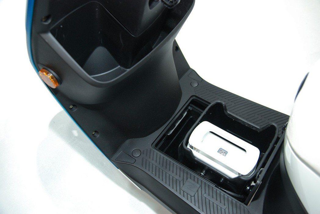 只要按下右把手按鍵即可自動啓閉,並在取出電池後,透過電池底部與腳踏板處的NFC感應傳輸,即可復原電池擺放機構。 記者林鼎智/攝影