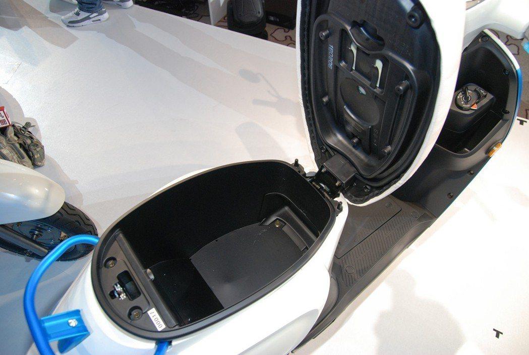 將電池位置設計在腳踏板處,不僅重心較低,車廂空間也不會受到壓縮。 記者林鼎智/攝...