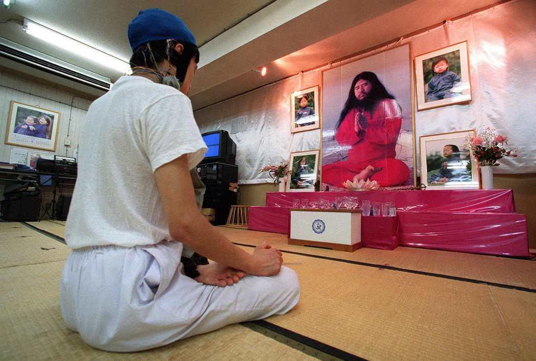沙林毒氣攻擊事件之後,即使教主麻原彰晃已被逮捕判處死刑,日本社會之中仍有他的信仰...