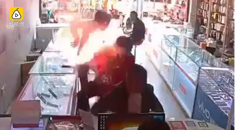 中國一名男子為了省錢自行購買低價電池並更換,不料戳破電池瞬間爆炸,火燄直衝男子臉...