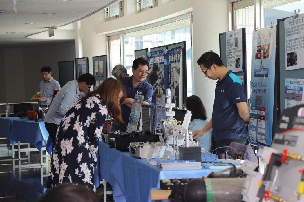 會場外許多設備商展示最新的設備、用具。 嘉藥大學/提供
