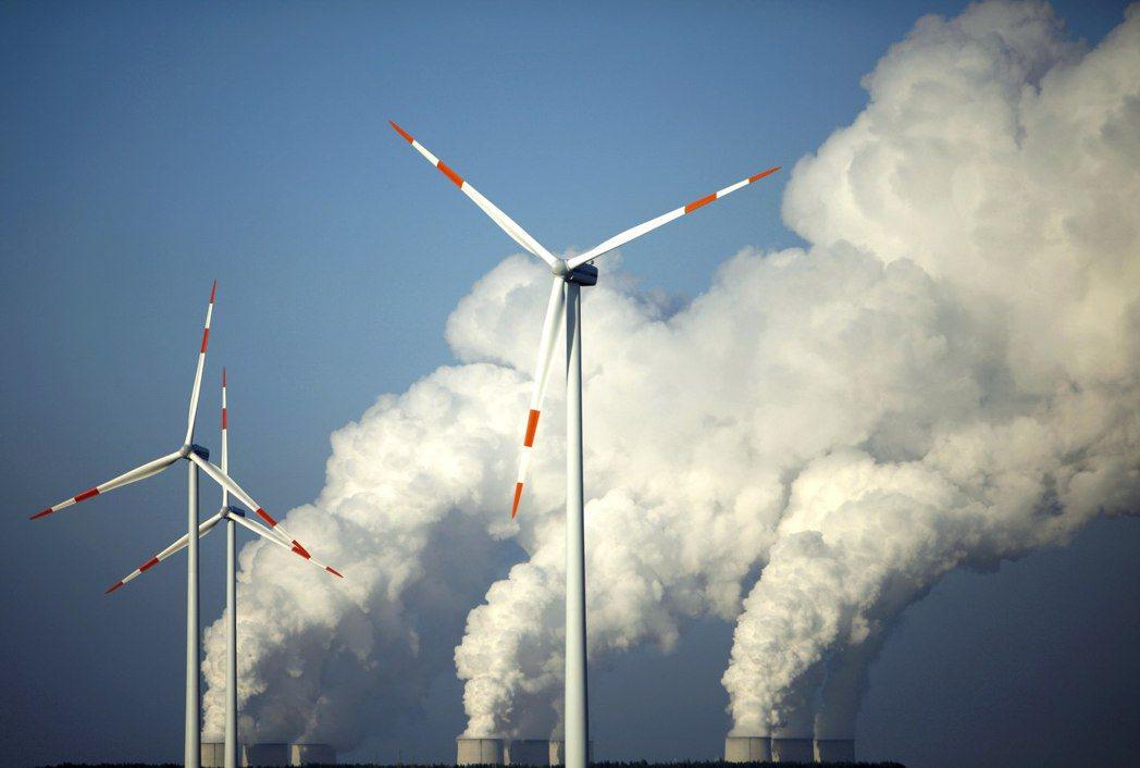 圖為位於Cottbus的風車群以及褐煤發電廠的冷卻塔。 圖/路透社