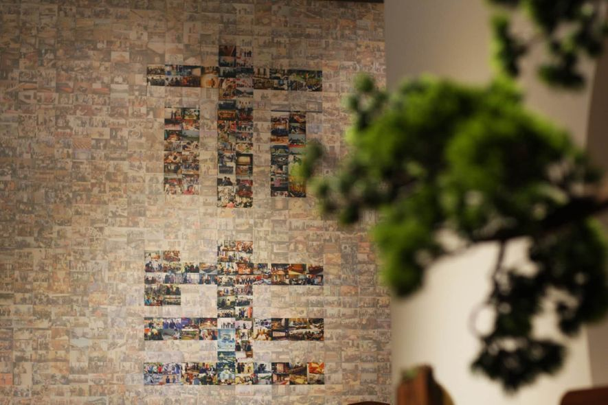 (圖)偌大的影像海報牆拼湊出主題「木.生」