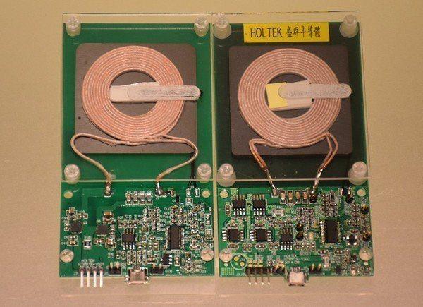 圖2 : 兩款盛群研發的無線充電電路板(左為新品)。(攝影/葉奕緯)