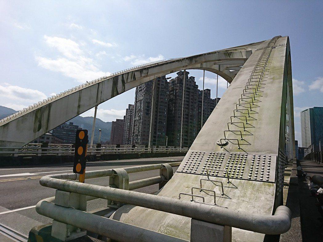 汐止區新江北橋又舊又髒,市議員周雅玲服務處會勘,只是礙於經費問題,決定先清洗,等...