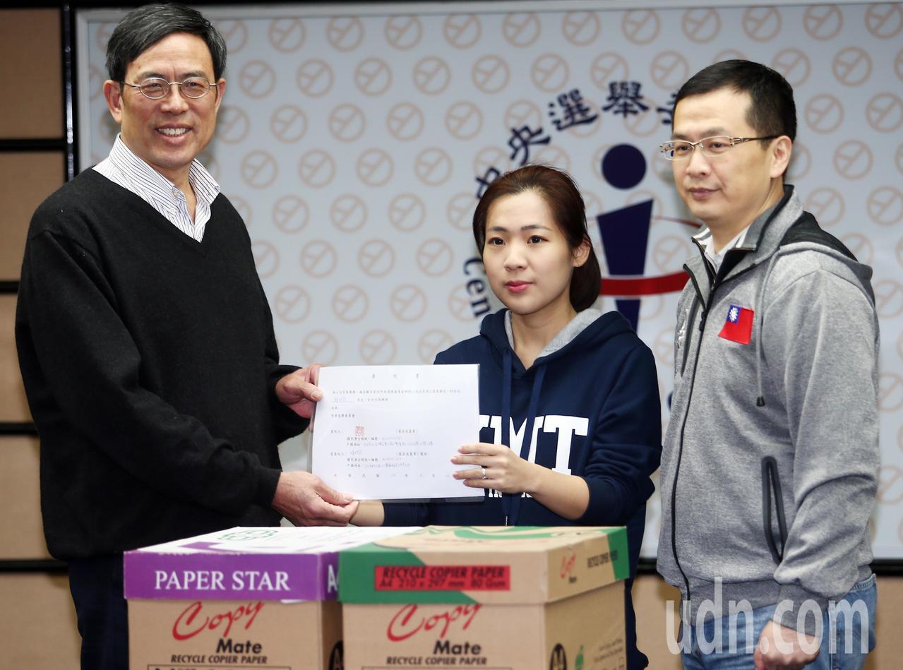 由前總統馬英九領銜,律師陳長文發起的「護司法公投」,已蒐集了2876張連署書,上...