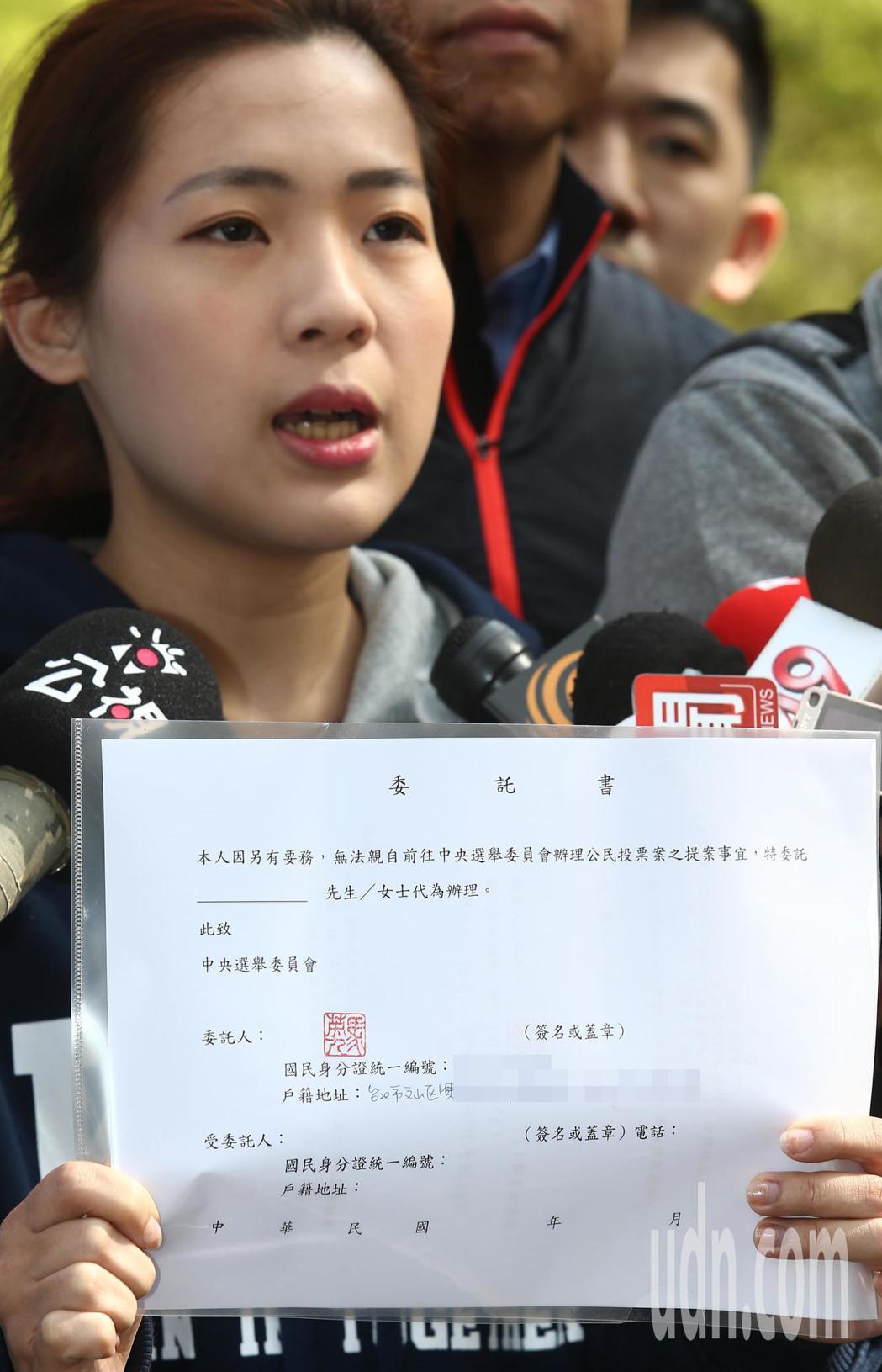 馬英九辦公室發言人徐巧芯秀出前總統馬英九的委託書。記者杜建重/攝影