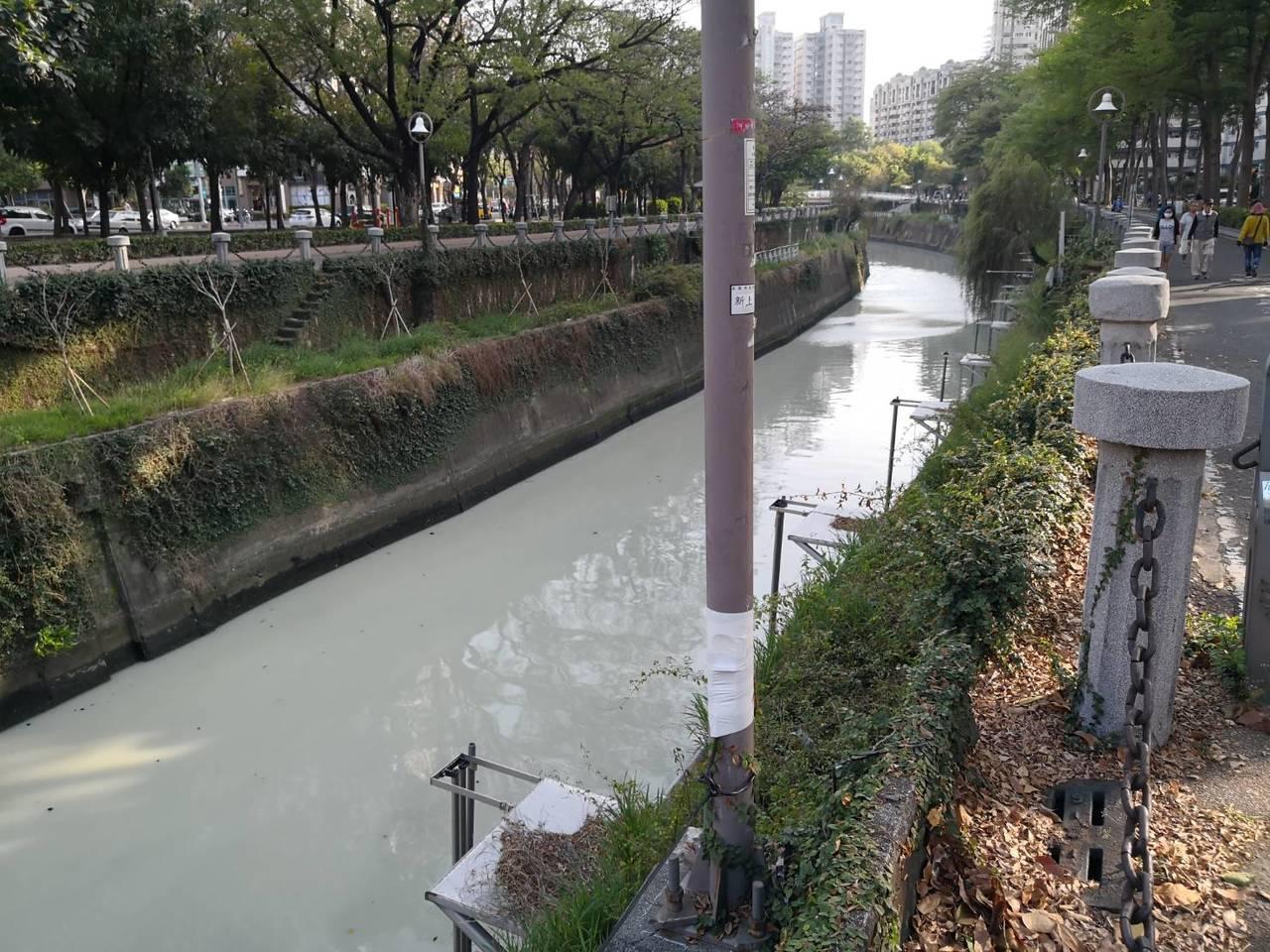 愛河變成乳白色,高雄市環保局解釋是因為自然環境及愛河河道特性等因素所產生的自然現...