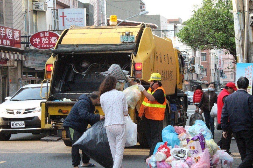 桃園市環保局今年將招考300名儲備清潔隊員,月薪三萬起跳。圖/環保局提供