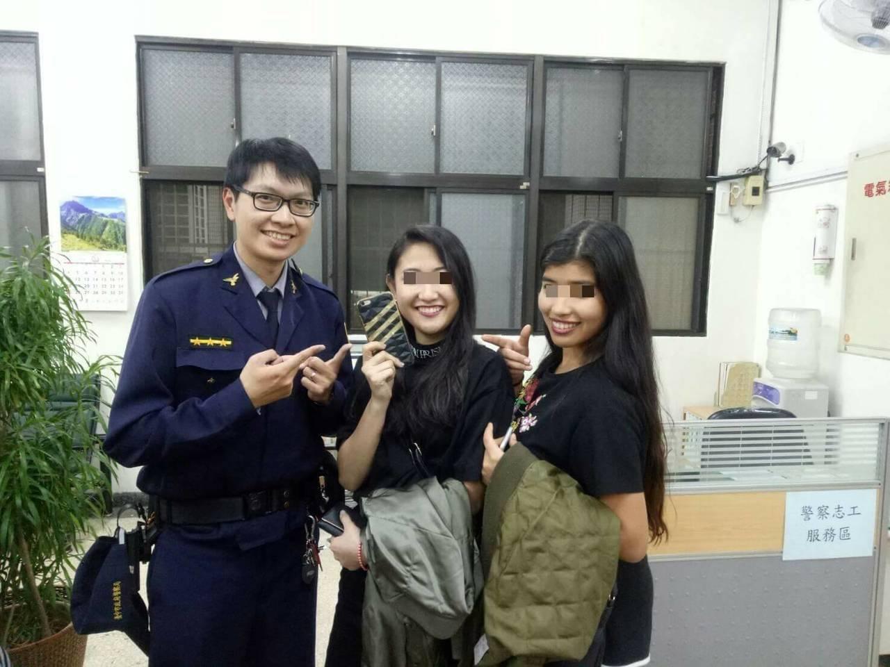 台中市第六警分局西屯所14日協助來自日本的川合姐妹尋回手機,姐妹開心與警員合影。...
