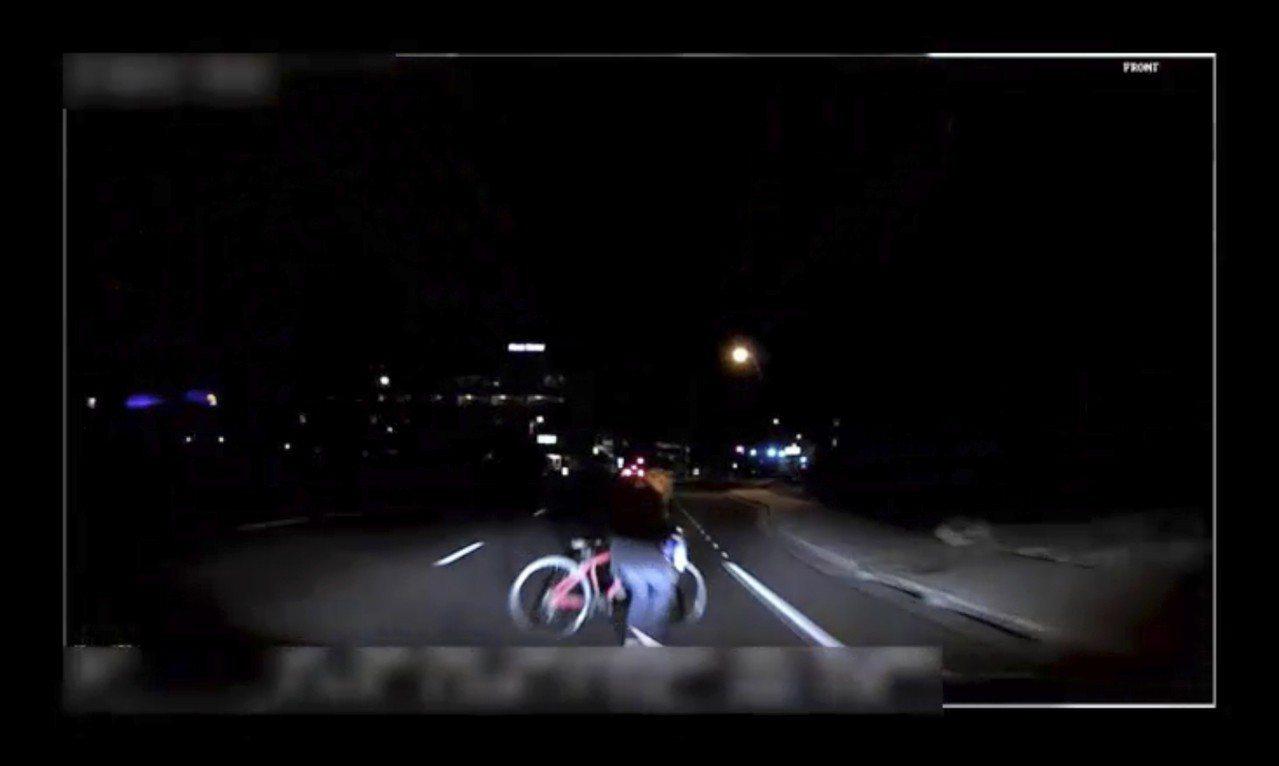 Uber自駕車18日在亞利桑那州坦佩市撞死一名49歲婦人,警方公布事發當時的行車...