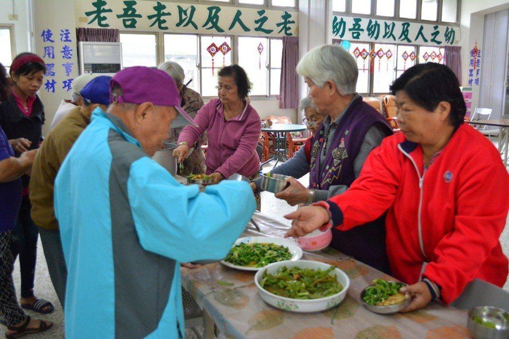 台南玉井望明社區開辦老人共餐,吸引不少長輩自費參加。記者吳淑玲/攝影