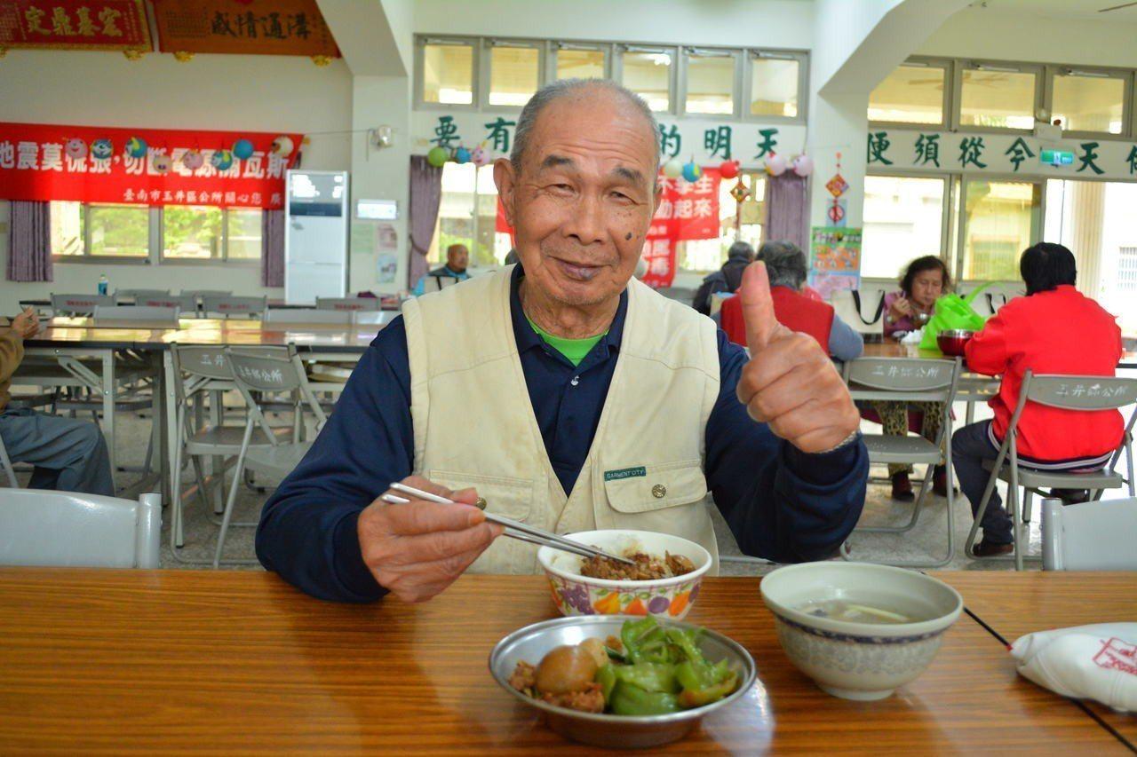 83歲蔡姓阿伯自費參加老人共餐,他開玩笑說「老婆煮的不好吃」,主要是兩人不好煮菜...