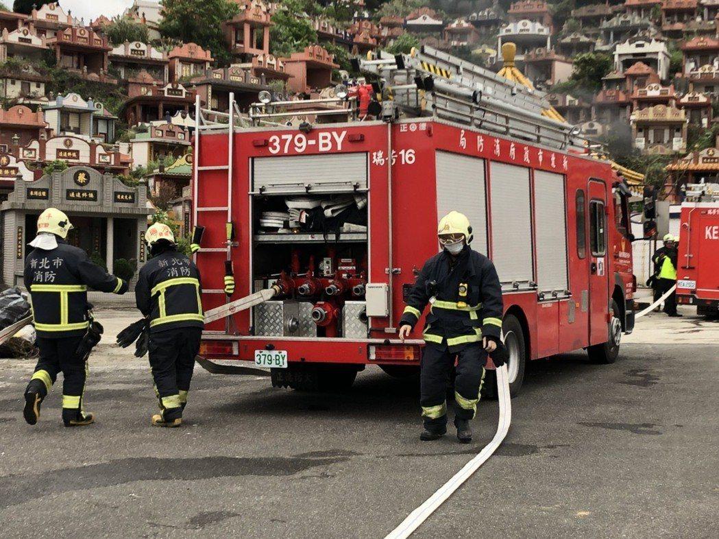 新北市消防局第六大隊今天在瑞芳區第一公墓舉辦消防演練。圖/消防局提供