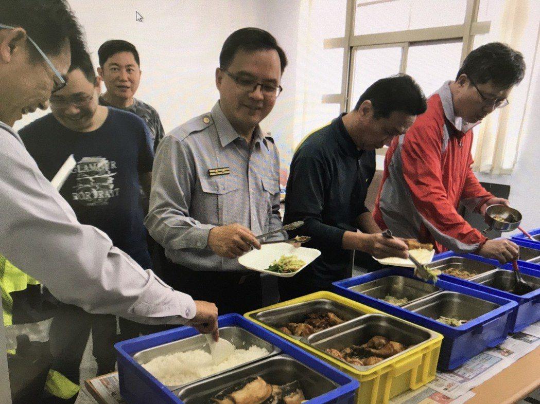 台南市警四分局華平派出所推出伙食團 ,員警在派出所就能吃到熱騰騰的家常菜。圖/台...