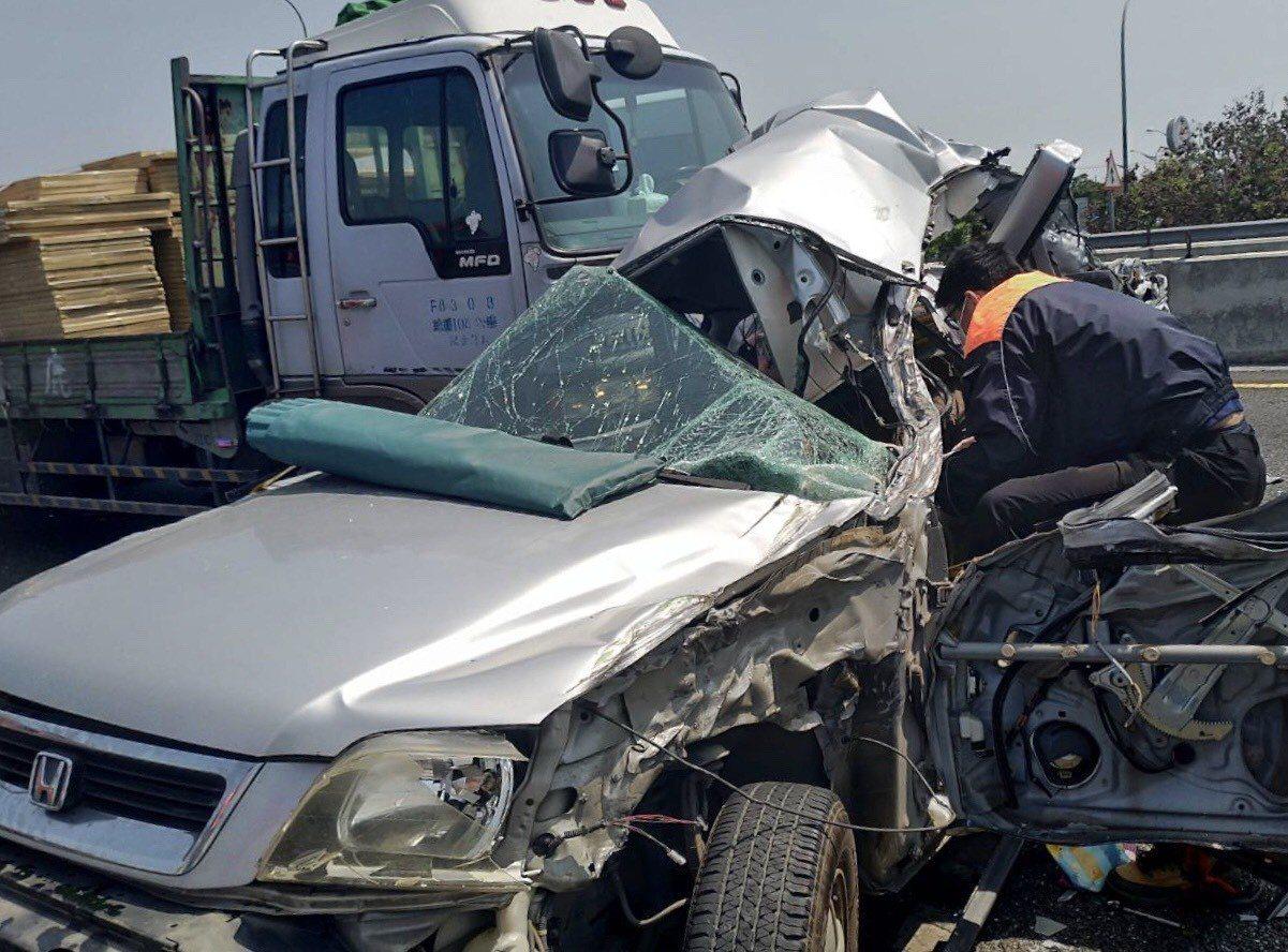 轎車全毀駕駛重傷命危。記者蔡維斌/翻攝