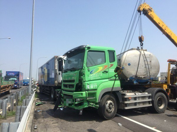 高速公路四輛大小車撞成一團,消防隊搶救。記者蔡維斌/翻攝