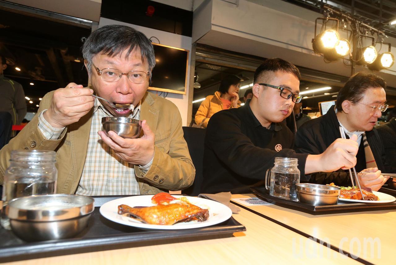 台北市長柯文哲(左)在北科大吃中餐,用完餐後也身體力行將餐具放回回收處。記者胡經...