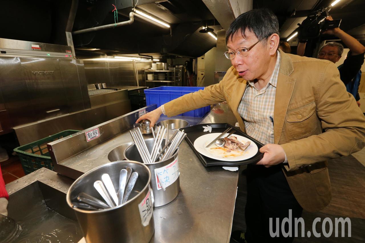 台北市長柯文哲在北科大吃中餐,用完餐後也身體力行將餐具放回回收處。記者胡經周/攝...