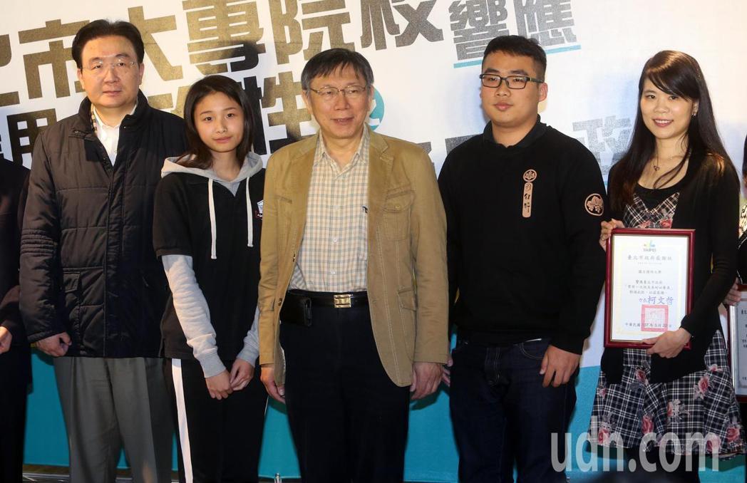台北市長柯文哲(中)在台北科技大學頒發感謝狀給實施「禁用一次性及美耐皿餐具」政策...