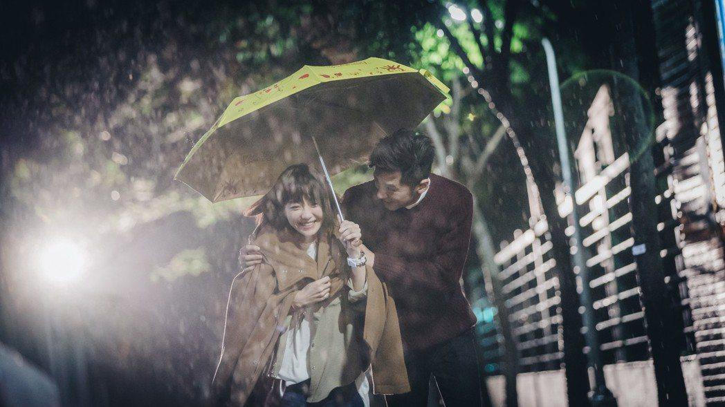 李國毅(右)幫謝欣穎雨中披外套的畫面很浪漫。圖/歐銻銻娛樂提供
