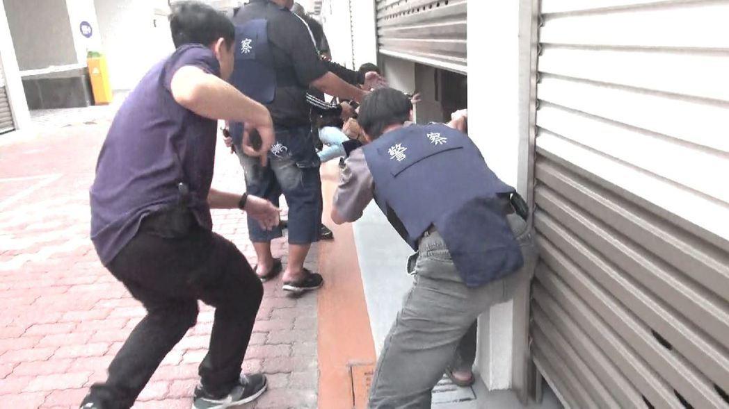 警方趁陸打開汽車旅館鐵捲門時,趁隙攻堅逮捕到案。記者劉星君/翻攝