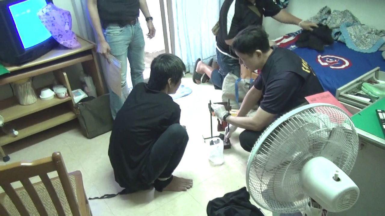 警方在陸的租屋處發現海洛因毒品壓模機等物品。記者劉星君/翻攝