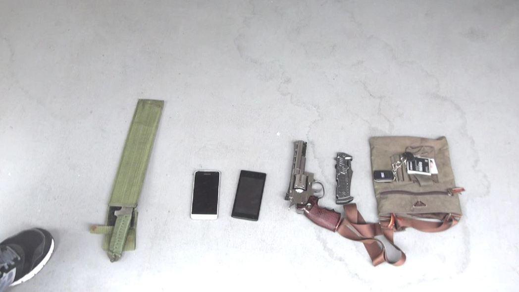 警方在陸姓男子的車上查扣轉輪空氣槍等物品。記者劉星君/翻攝